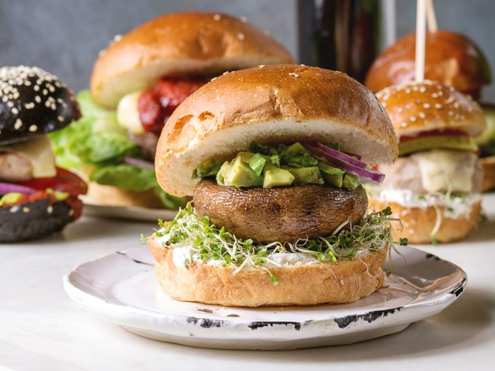 Griller un champignon pour un hamburger vegan.