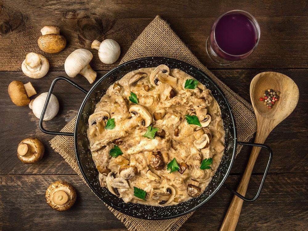 Une sauce avec champignons est une sauce universelle pour les pâtes.