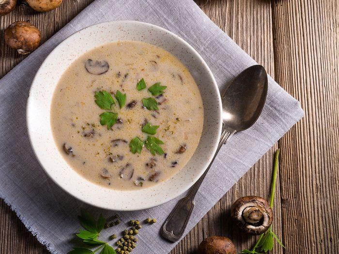 Préparez-vous une soupe réconfortante à base de champignons.