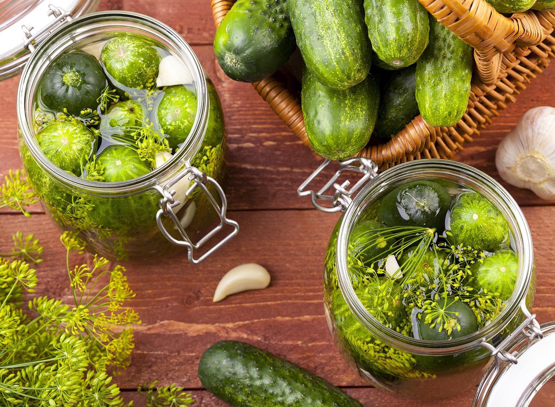Essayez de faire des conserves maison de cornichons avec les épices que vous aimez!