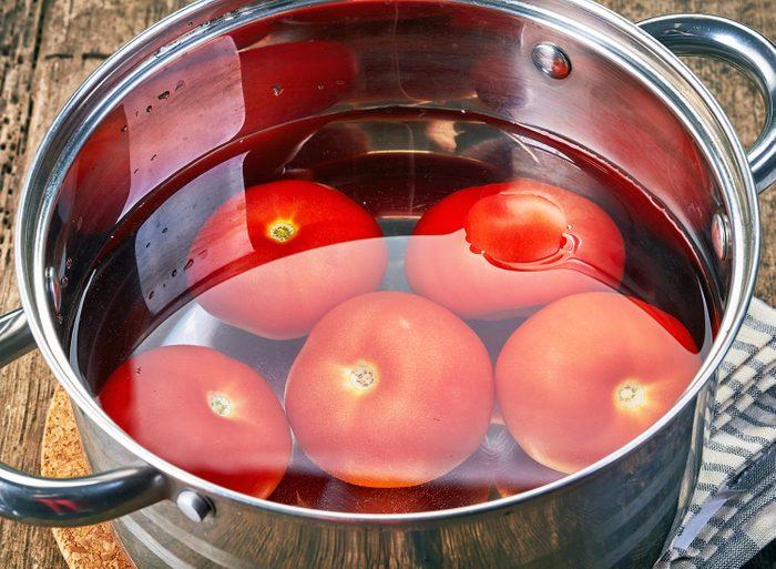 Si vous souhaitez faire des conserves, plongez vos fruits et légumes dans l'eau bouillante pour les éplucher plus facilement.