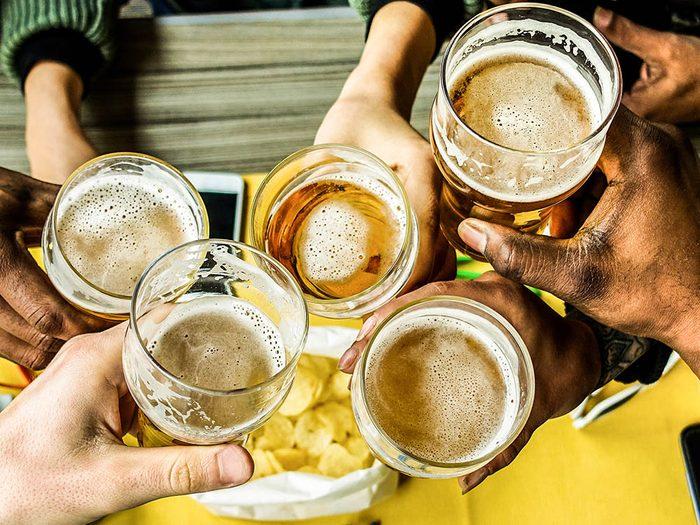 Un mal de ventre peut provenir d'une trop grande consommation d'alcool.