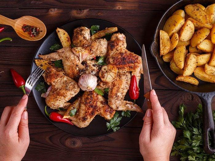 Un mal de ventre peut survenir après avoir mangé un plat épicé.