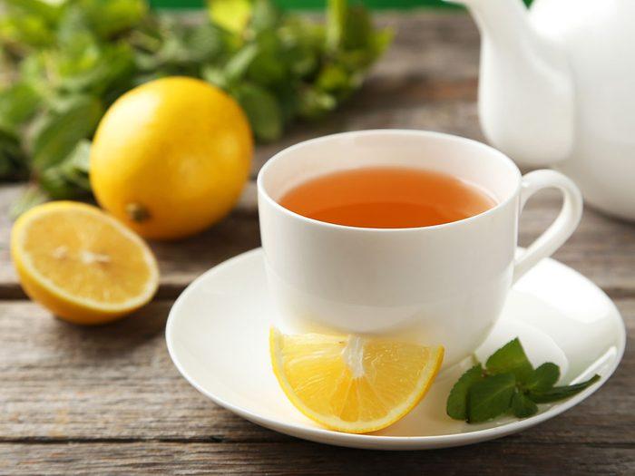 La tisane au citron est l'une des meilleures tisanes pour dormir.