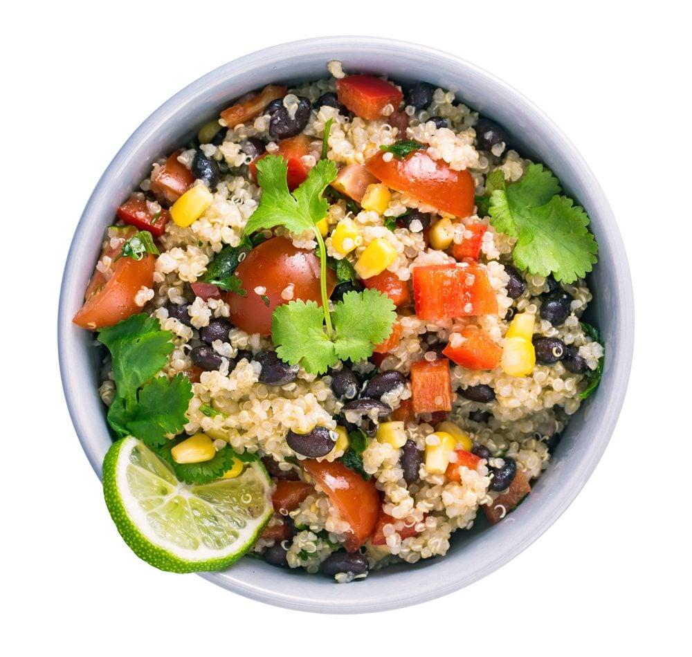 L'une de nos meilleures recettes végétariennes nourissantes est un bol de quinoa aux haricots noirs