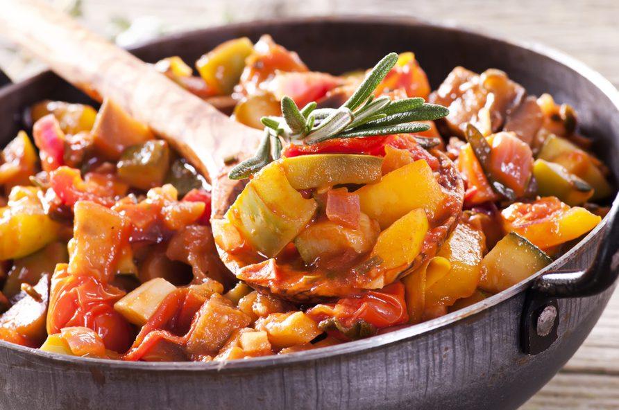 Une recette végétarienne de ratatouille.