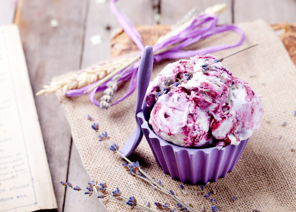 Une crème glacée végétalienne santé à la lavende et au chocolat