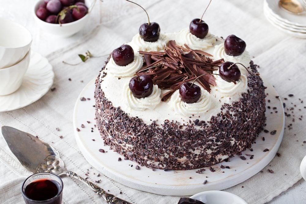Parmi les meilleurs desserts santé au chocolat, ce gâteau forêt noire est faible en calories.