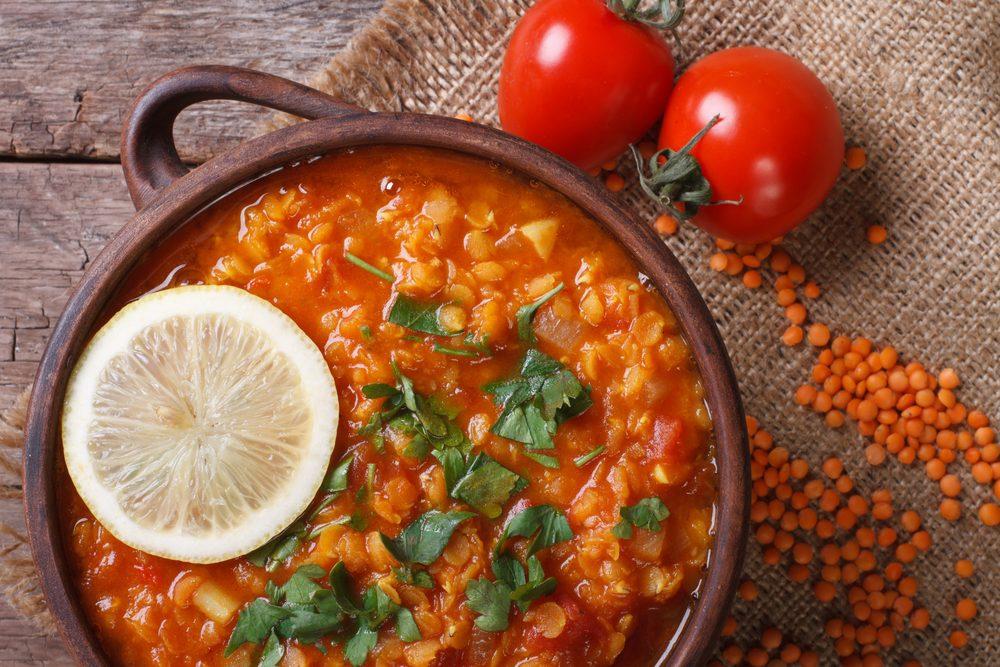 Une recette santé pour les hommes de soupe aux tomates et lentilles