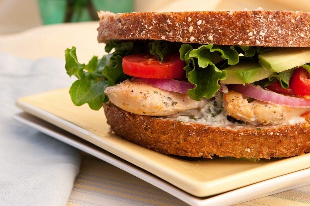 Une recette de club sandwich au poulet et à l'avocat