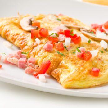 Omelette aux blancs d'œufs, garnie de légumes et de fromage