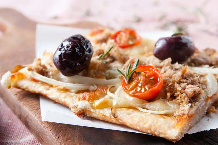 Une recette de pizza maison au thon sur pain naan.