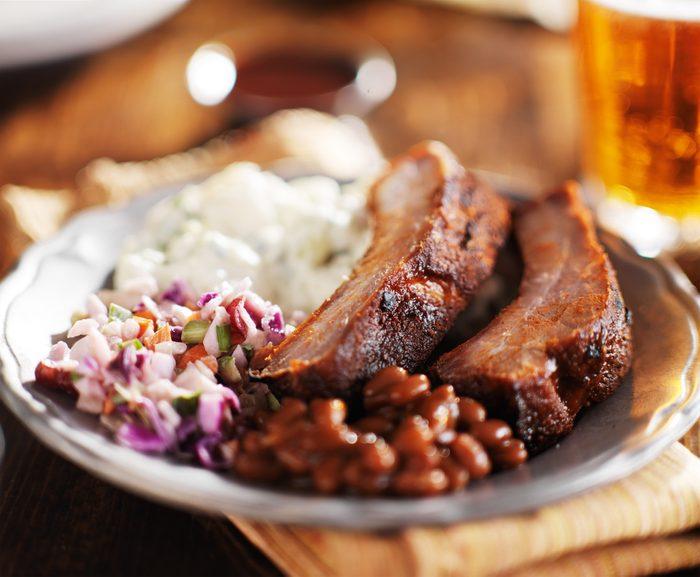 Une recette santé pour les hommes de tranches de porc et de salade de chou
