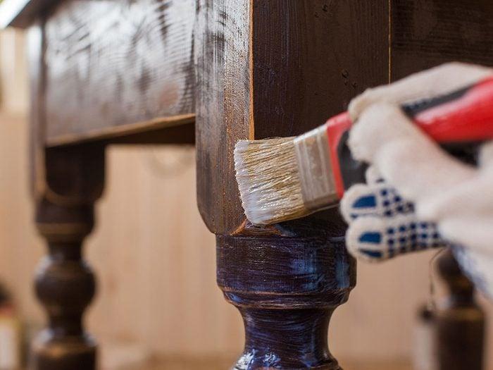 Appliquer la règle d'or pour rénover un meuble antique.