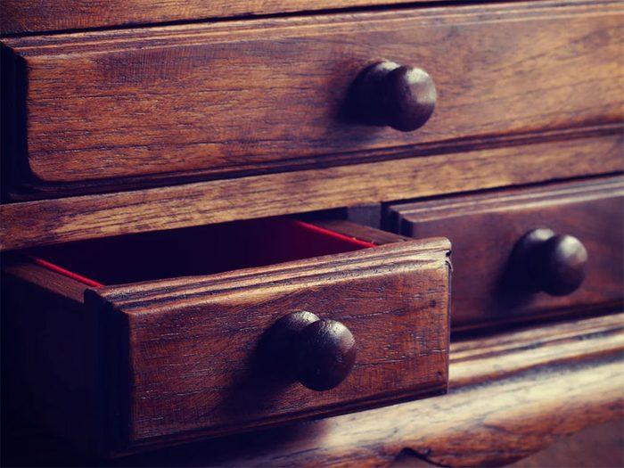 Rénover un meuble: faire disparaître les égratignures.