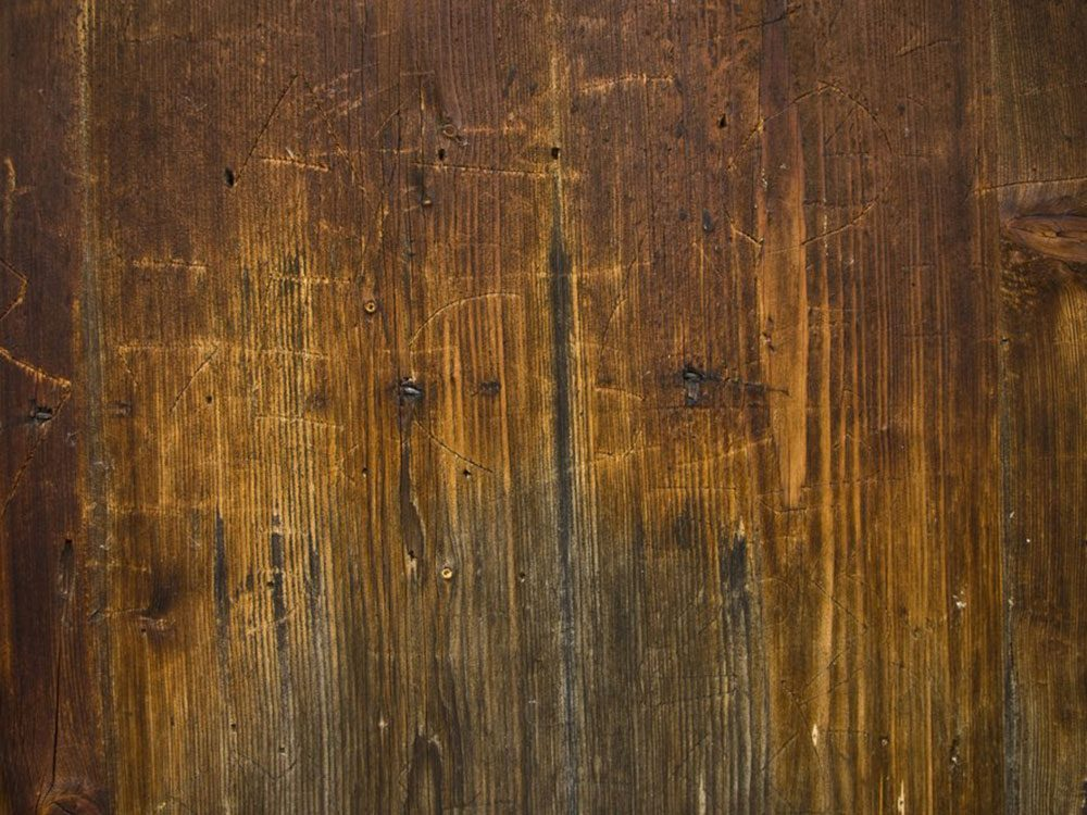 Rénover un meuble: de la vapeur pour les entailles.