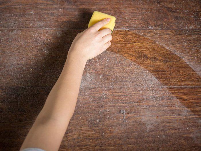 Rénover un meuble: protéger et nettoyer le bois.