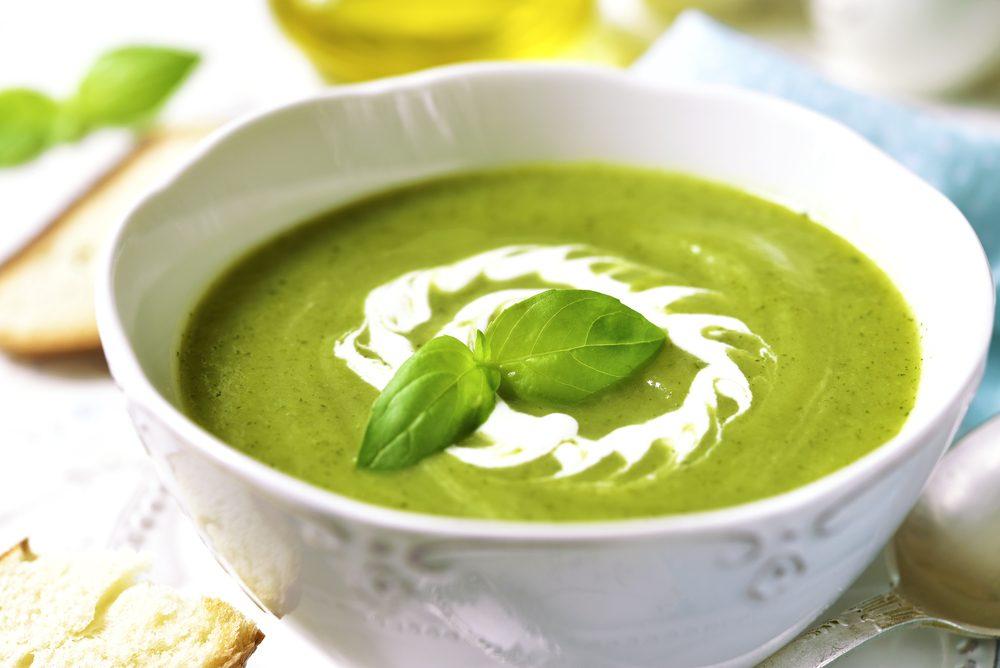 Une recette de soupe aux courgettes sous 200 calories