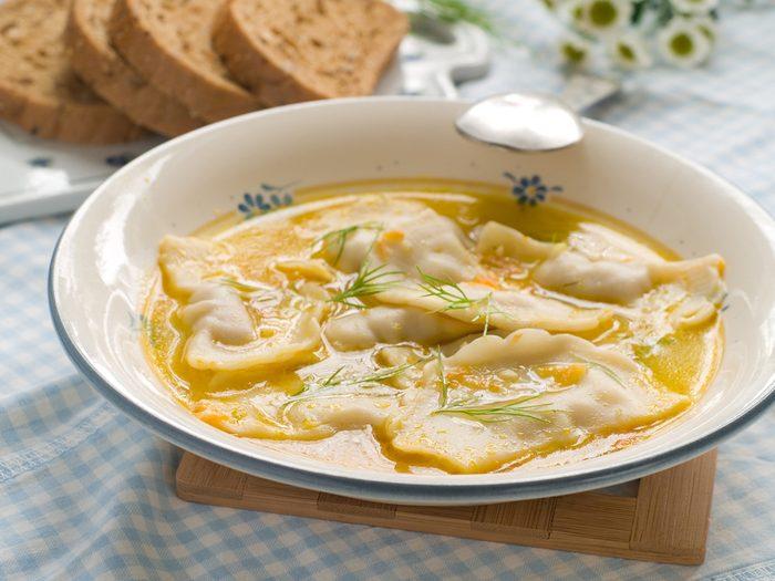 Une recette de soupe aux raviolis et courgette