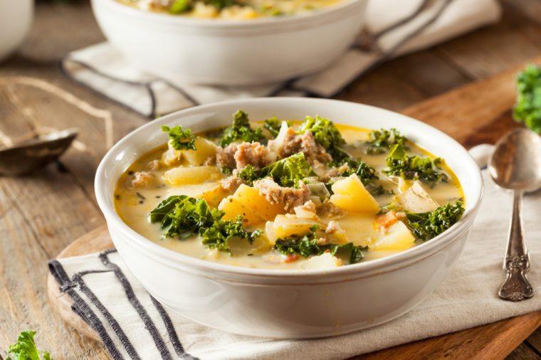Une recette de soupe portugaise avec saucisse et kale faible en calories