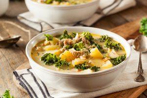 Soupe portugaise à la saucisse et au chou frisé