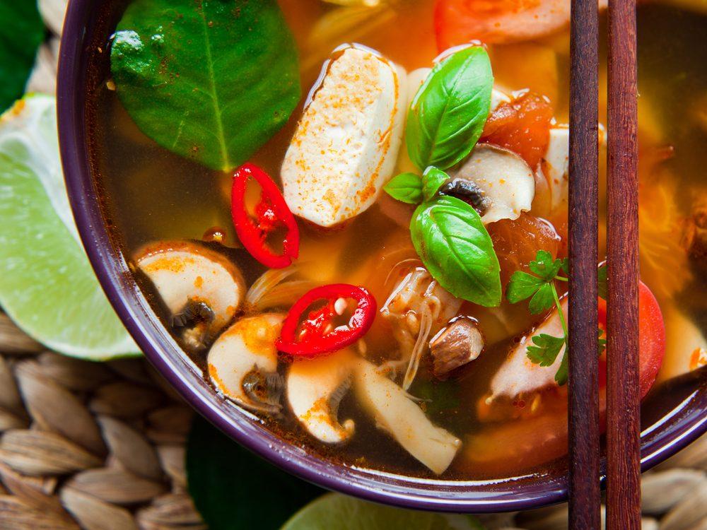 Une recette de soupe japonaise au tofu et tomates de moins de 200 calories