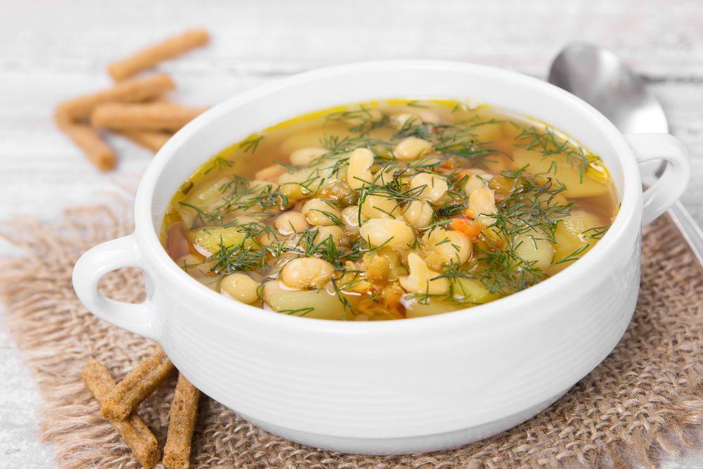 Une recette de soupe aux haricots blancs et épinards faible en calories