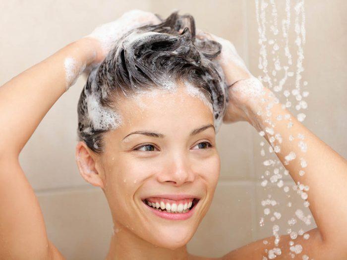 Ces astuces vous aideront à lutter contre les cheveux gras.