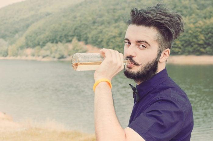 Une boisson étrange à la barbe