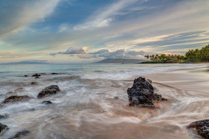 Une plage au sable rouge en Hawaï.