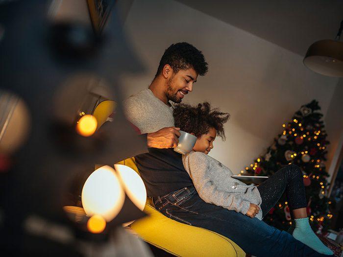 Regardez une comédie de Noël pour un sommeil récupérateur.