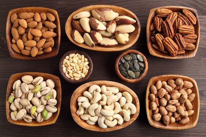Ostéoporose : ayez une alimentation riche en noix et en légumineuses.