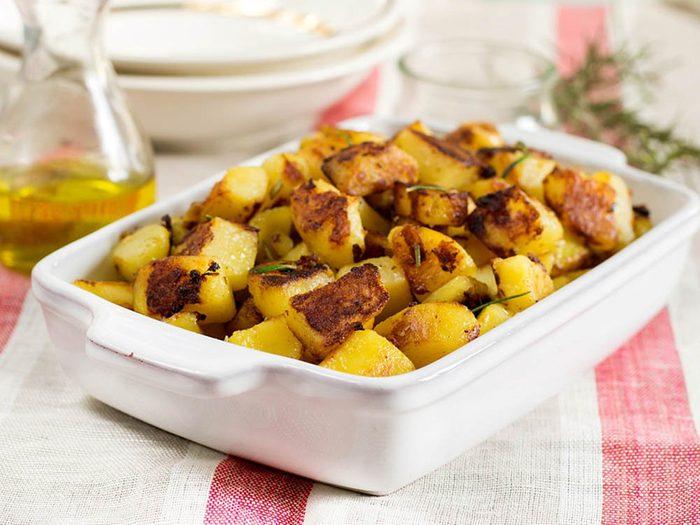 Voici la meilleure recette de pommes de terres à l'ail au four.