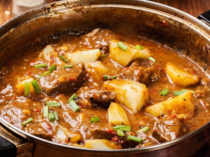 Goûter cette recette de ragout d'agneau et de pomme de terre.