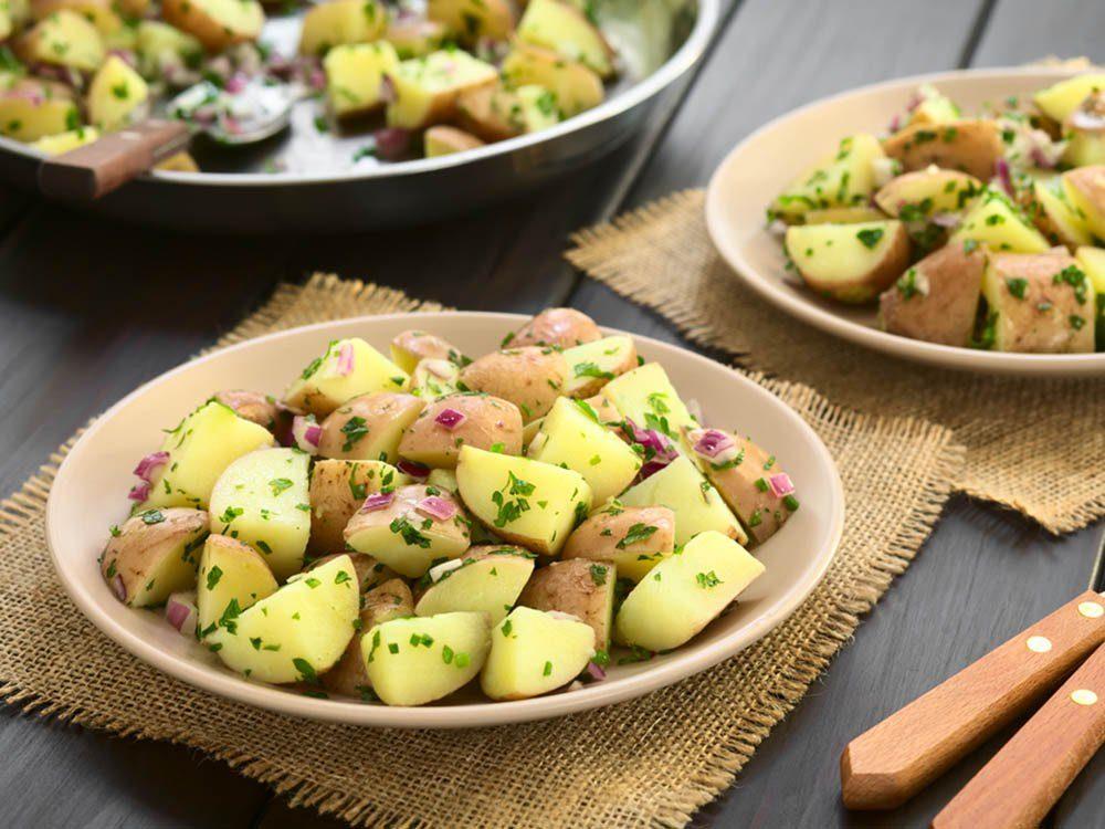 Essayez cette recette de salade de pommes de terres à la cajun.