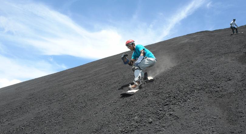 Surf à flanc de volcan au Nicaragua