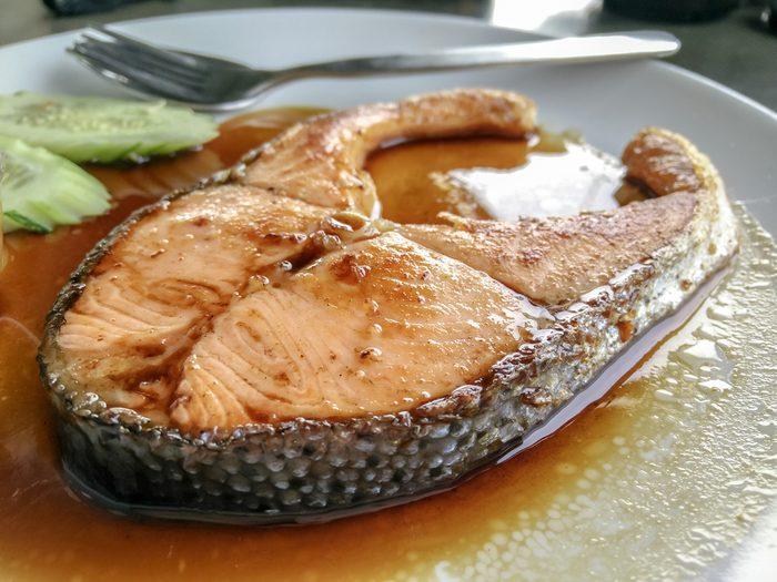 Des darnes de saumon sauce hoisin.
