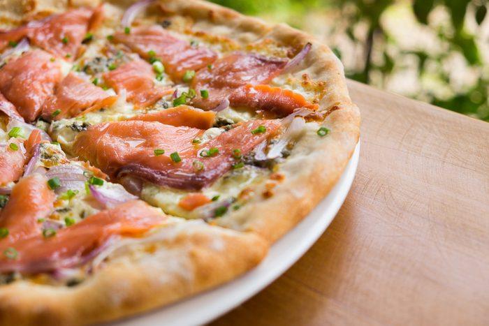 Une pizza au saumon: notre recette santé.
