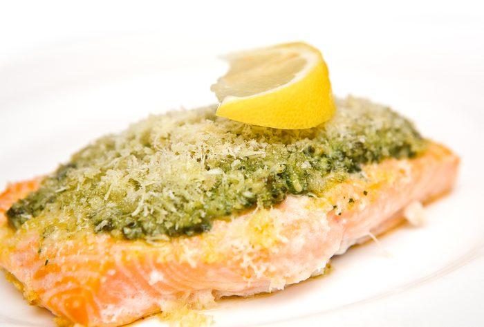 Une recette santé de saumon à la chapelure citronnée.
