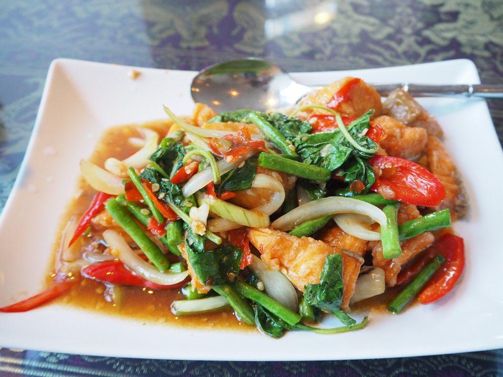 Une recette santé de saumon et légumes sautés.