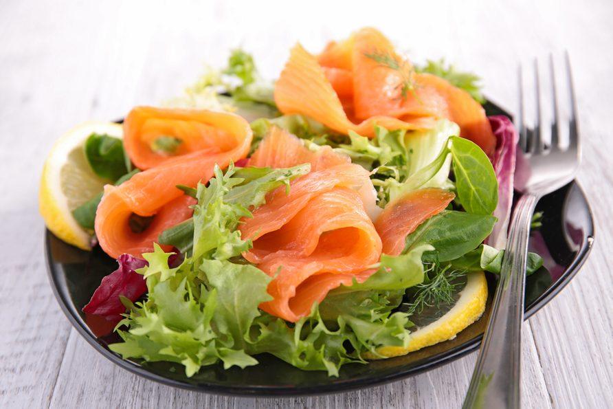 Une salade de saumon fumé.