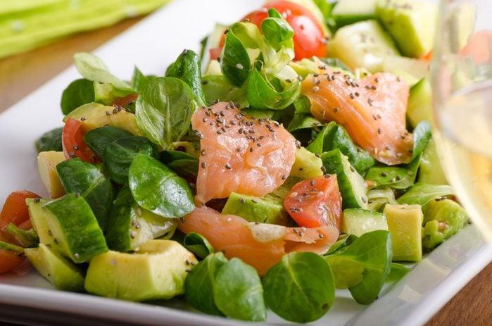 Une salade au saumon santé prête en 30 minutes.