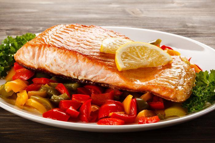 Une recette de saumon et relish de poivrons et maïs.
