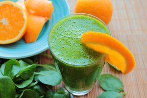 Lait frappé énergisant à l'orange, à la pêche, aux épinards et aux carottes