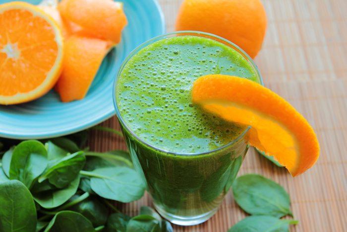 Recette de smoothie déjeuner à l'orange et aux épinards.