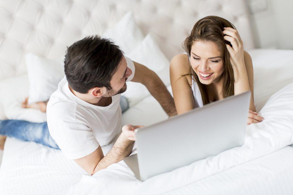 Allez magasiner dans une boutique érotique en couple pour apprendre à connaître les préférences de votre partenaire.