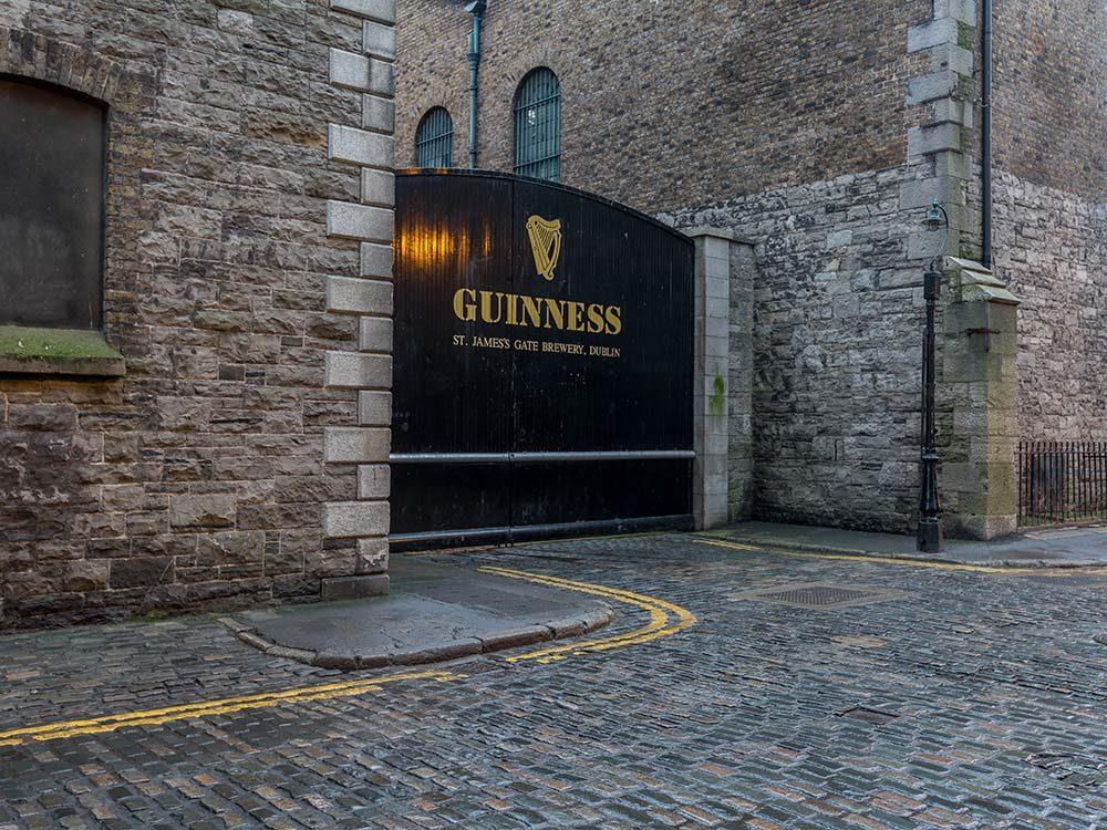 En Irlande, visitez l'entrepôt de Guinness.