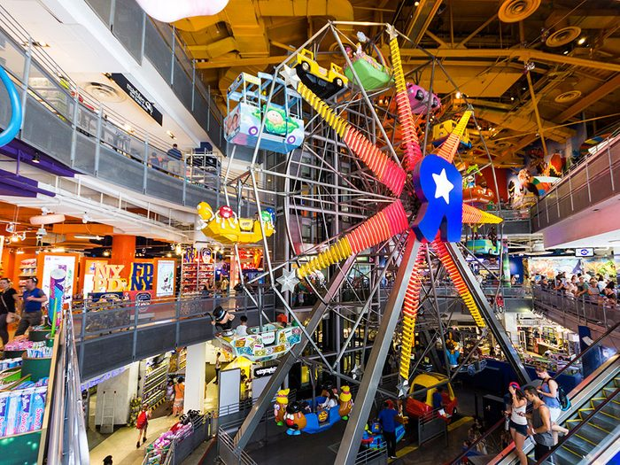 """Le magasin de jouets Toys """"R"""" Us à New York."""