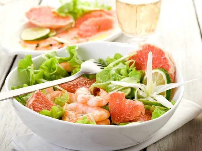 Une recette de salade santé aux crevettes et au pamplemousse.