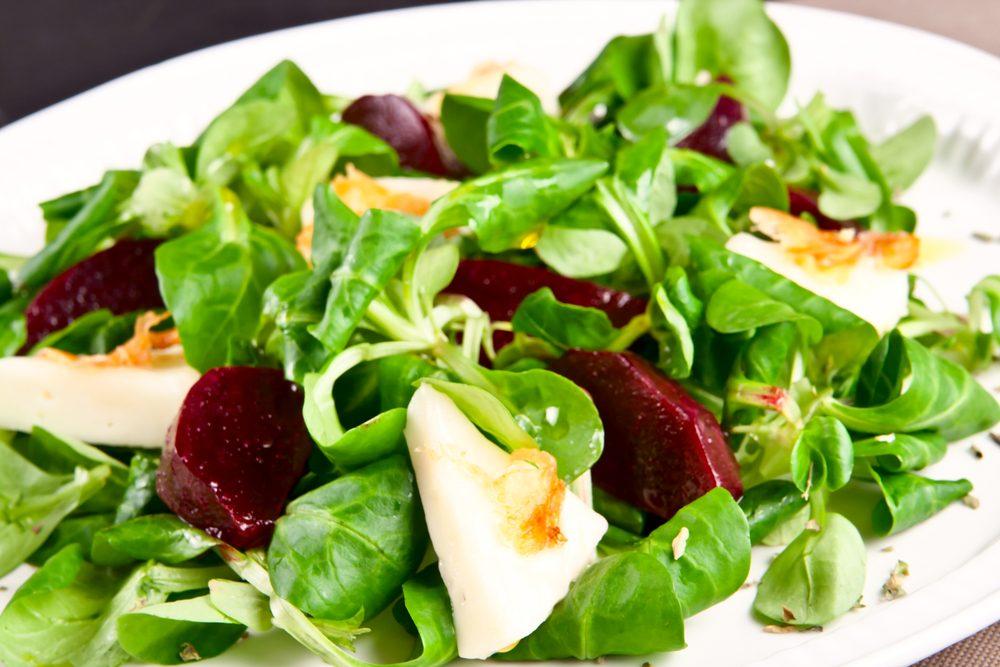 Une recette de salade santé avec sauce à l'ail